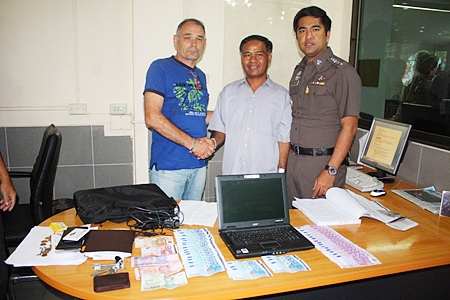 Daniel Andre Jolie (left) thanks Bunyuen Nonthapan (center) for returning his money and laptop.