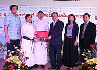 (L to R) Wittaya Kunplome, Father Michael Picharn Jaiseri, Father Pattarapong Srivorakul, Ruangwet Withawaskanwet, Phatcharee Phronantarat, and Mongkol Kasemsant Na Ayuthaya, during the signing ceremony.