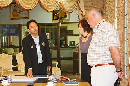 Mayor Itthiphol Kunplome (left) chats with Swiss pier designer Philippe Guenat-Patry (right) about the possibility of expanding Bali Hai Pier to incorporate a luxury yacht marina.