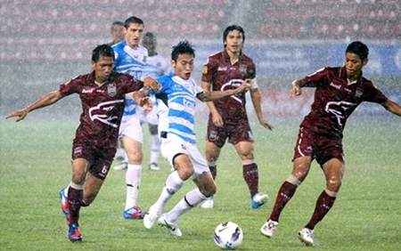 Pattaya United and Police United players challenge for the ball as the rain starts to fall in Bangkok, Sunday, August 5. (Photo/Pattaya United)