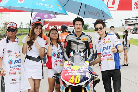 Ben Fortt, second right, poses on the starting grid with the brolly girls and Tingnote Titipong, far right, the 2010 Thailand champion.
