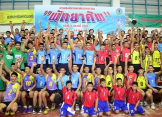 The participating teams pose for a group photo.