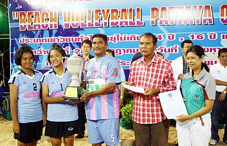 Pattaya School No. 11 receive the trophy from councilor Thongchai Aajsong for their win in the U16 female category.