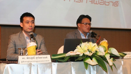 Dr. Phatcharasut Sujarittanont (left) and Pol. Lt. Jetsada Sewarak (right), secretary to the vice president of NBTC, address another in a series of public hearings to review the rules of a long-delayed 3G auction.