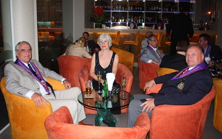 (L to R) Willem & Dinie De Vries enjoy the evening with Jan C.V. Koss.