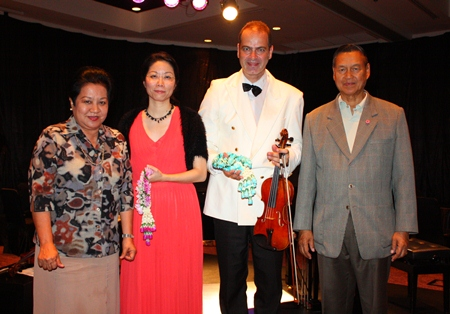 Gen. Kanit and Khunying Busyarat Permsub present royal garlands to the talented artists.