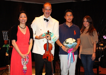 Irene Sukanya Thepper (right) presents a bouquet of appreciation to Kanate Permsub (2nd right).
