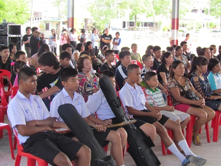 Contestants and honored guests cheer for their children in the 4th Pattaya Music Challenge organized by the Pattaya Social Welfare Department.