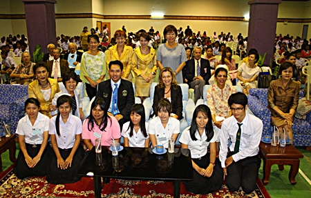 Mayor Itthiphol Kunplome (center, left) sits for a photo with Nittaya Patimasongkroh (left), president of the Warm Family project, Tami Kojima (2nd left), wife of the Ambassador of Japan, Rosa Pena Perez Rea (3rd right), wife of the Ambassador of Mexico, Teresa Wise (2nd right), wife of the Ambassador of Australia, and Sopin Thappajug (right), former president of the YWCA Bangkok-Pattaya Center, with youths that have received scholarships from Warm Family project.