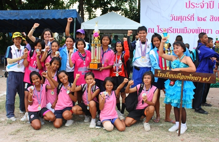 Teachers and athletes from Pattaya School No. 7 take a championship photo to celebrate the most wins during the Pattaya Schools Sports Day 2012.