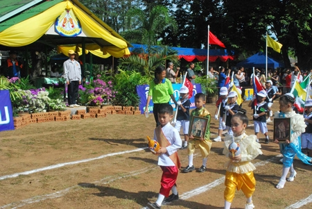 Vice-Principal Chalaeng Rungsaengjan (left) presides over the Navy Children's Sports Day opening ceremony.