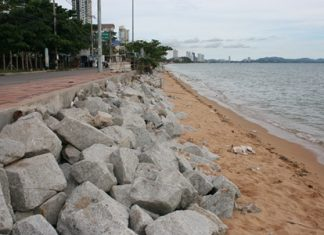 Granite blocks have been placed in southern areas of Jomtien Beach to help slow erosion. Councilman Thongchai Ardzong is calling for Mayor Itthiphol Kunplome to reallocate some of the funds earmarked for restoring Pattaya Beach to go toward the same goal in Jomtien.