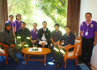 Diana Garden Resort General Manager Thanthep Bunkaew (4th right) and Diana Inn General Manager Saming Suebsakul (5th right) pose with staff and firefighting trainers after the fire drill.