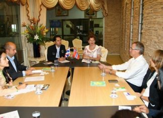 Eli Grut and Per-Aubrey Bugge Tenden meet with Mayor Itthiphol Kunplome to investigate whether Norwegian-Thai children are being abused.