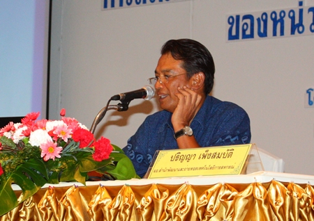Prinya Phengsombut, director of the Co-operative Technology Transfer and Development Office, presides over the meeting in Jomtien.