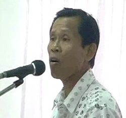 Residents representative Kanoksak Nimanong tells Irrigation Department Construction Office officials there is no need to kick them out of their homes.