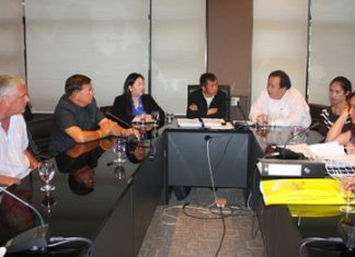 Office of the Consumer Protection Board lawyer Thummanoon Hinkhum (center) and Pattaya City Council Vice President Sanit Boonmachai (2nd left) chair a meeting to settle a condo dispute between owners and residents.