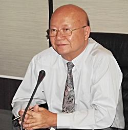 Deputy Mayor Wattana Chantanawaranon presides over a meeting to finalize plans for the Oct. 14-24 Pattaya Vegetarian Festival.