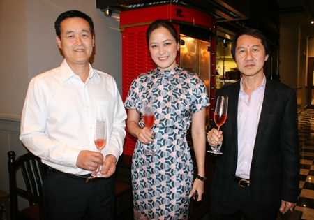 Alisa Phanthusak is flanked by Thomas Koh (left), GM Furama Jomtien Beach and Sophon Vongchatchainont, GM Pullman Pattaya Hotel G.