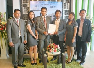 Chitsanucha Phakdeesaneha, center right, GM of the Porchland Group, accepts the 55 million baht loan agreement from LH Bank area manager Somchai Leangraksa, center left, at a signing ceremony held Sept. 25. Also in the photo are Thorberm Prajuabsuk, senior lending officer of LH Bank, Pattaya Klang Branch; Pamikhada Philakeaw, sales executive Porchland Group; Paradee Ticomrum, secretary & marketing Porchland Group; and Thanapisit Chuabanlue, manager of Vorakit Construction.