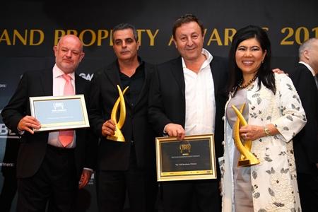 David Simister (CBRE Thailand), Kobi Elbaz (Tulip Group), Rony Fineman (Nova Group) and Suphin Mechuchep (Jones Lang Lasalle Thailand) pose with their awards.