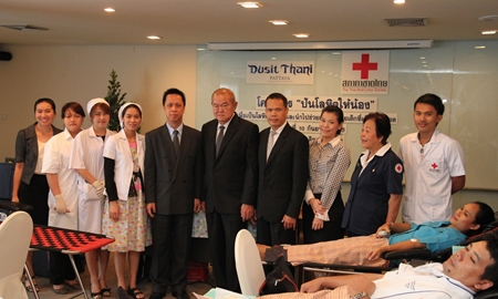 Dusit Thani Pattaya management, led by resident manager Neoh Kean Boon (5th left) and director of administration Waran Chalermrittichai (6th left) are seen with the team of the Thai Red Cross Society during the blood donations program held in the resort as part of its CSR initiatives. The effort was well supported by hotel staff and management who turned up to donate blood from 9am until 2pm. The initiative is carried out twice a year and Dusit Thani Pattaya has long actively supported the Thai Red Cross Society in its charitable activities.