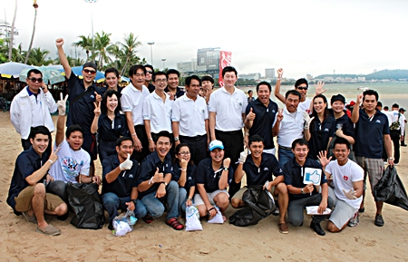 Dhaninrat Klinhom (standing 6th right), marketing communications manager, and his Blue Energy team from the Hilton Pattaya participated in the 'International Coastal Clean-up 2012'. The event was organized by the Coca-Cola system in Thailand, which included Coca-Cola (Thailand) Ltd., Thai Namthip Ltd., and Haad Thip PLC. More than 1,000 volunteers and NGOs including representatives from Pattaya City led by Deputy Mayor Ronakit Ekasingh (5th left), Department of Marine and Coastal Resource and the Ministry of Natural Resources and Environment also participated in the clean-up project.