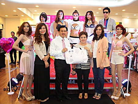 Surat Mekavarakul, MD of Mike Group, presided over the launch of the latest line of Wacoal lingerie products at Mike Department Store recently. On hand to help promote the product were Wacoal Young Designer Vanisa Moksak (2nd left), Assistant Manager Thanan Sujitsakul (3rd right), and Wacoal Young Brand Assistant Wiriya Tatiyajinda (2nd right).