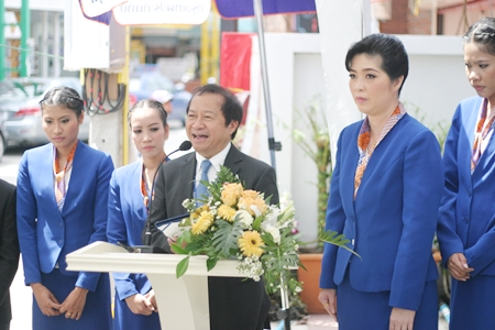 Bank President Pravit Kasemwarangkun addresses a gathering of honored guests at the grand opening of the new Bangkok Bank Soi Buakaow branch.