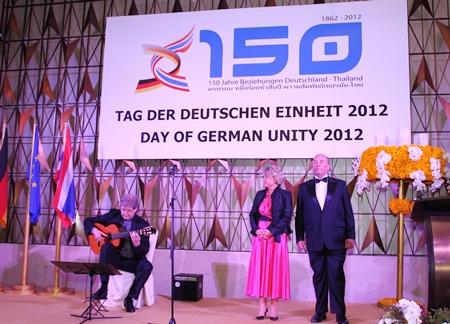 State Minister Cornelia Pieper and ambassador Rolf Schulze listen to Hucky Eichelmann playing the anthems.