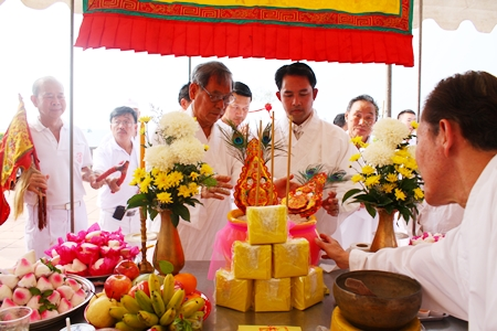 Visit Chaowalitnitithum, president of the Sawang Boriboon Thammasathan Foundation, and Mayor Itthiphol Kunplome perform the invitation ceremonies for the deities at Lan Po Public Park.