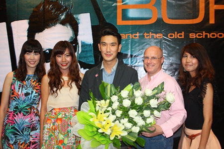 Amari Orchid Pattaya General Manager David Cumming (2nd right) and friends welcome Burin Bunwisut (center) before the show.