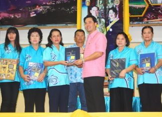 Naowarat Khakhay (3rd left), and members of the Women's Development Group present Thai encyclopedias to Mayor Itthiphol Kunplome, representing the school.