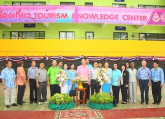 Mayor Itthiphol Kunplome (center), along with Pattaya School No. 8 committee and Pattaya administrators, presides over the opening ceremony for the new program.