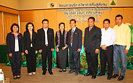 Deputy Mayor Wutisak Rermkitkarn (3rd left), Diana group MD Sopin Thappajug (4th left), MCOT Chonburi radio officer Suchart Chinbunnak (5th left) Radio Broadcasting Service of the Central and Eastern regions manager Attayuth Masa (3rd right) pose for a commemorative photo with organizers and presenters.
