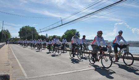 Cyclists cross the Naklua Bridge into Banglamung on their way south.