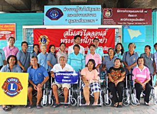 Somsak Nakson (left), treasurer of the Lions Club Chonburi Pratamnak, Pattaya, poses for a group picture with Pattaya Hospital officers and six patients who received wheelchairs.
