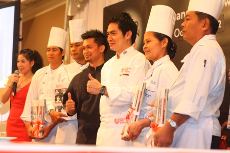 Executive chefs Jiraroj Navanukroh (3rd right) and Haikal Johari (4th right) give their thumbs up approval to the program.
