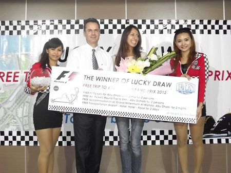 Richard Marco (2nd left), Resident Manager of Amari Orchid Pattaya, presents the top prize to Moneiba Brito (2nd right).