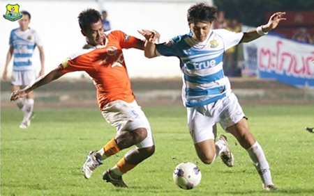 Pattaya United's Keisuke Ogawa, right, battles for the ball with a TOT defender during their Thai premier league match at the Nongprue Stadium in Pattaya, Saturday, Oct. 6. (Photo/Pattaya United)