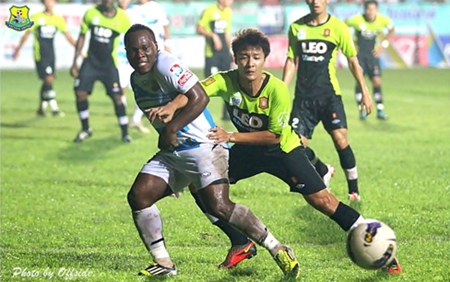 Pattaya United's Ludovick Takam, left, sees his shot on the Bangkok Glass goal go narrowly wide during their Thai Premier League fixture at the Nongprue Stadium in Pattaya, Sunday, Oct. 14. (Photo/Pattaya United)