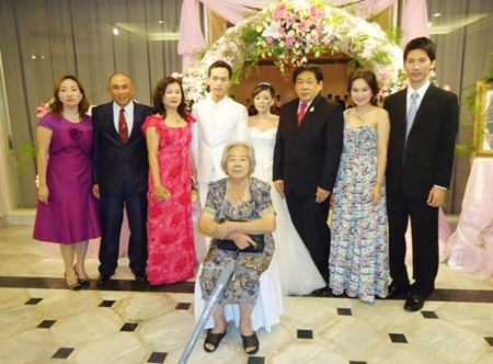 Chanyuth Hengtrakul (3rd right), advisor to the Deputy Minister of Interior and his wife Wilawan were guests of honour at the wedding ceremony of Ms Mingya from Taiwan and Phuwadon Hengtrakul, son of Pol. Lt. Col. Chaiwat (2nd left) and Supraporn Hengtrakul (left), held at the Montien Hotel, Pattaya recently.