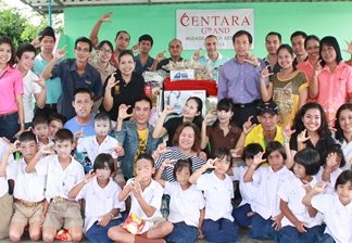Daranart Nuchaikaew (standing, 7th left), Director of Human Resources at Centara Grand Mirage Beach Resort Pattaya led a group of hotel staff to Baan Huai Khai Nao School where they donated amenities to the school children. They were welcomed by Thaiphusa Suwanpan (4th right), the school's director and the happy school children.
