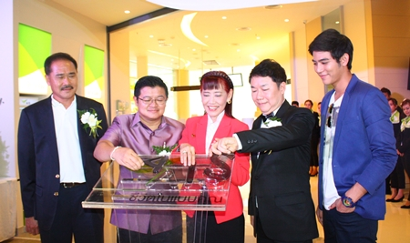 (L to R) Sakchai Pitivittayakorn, assistant MD, Deputy Mayor Verawat Khakhay, Vilasinee Phuttikarnrat, deputy MD of AIS Customer Services, Saran Tantijumnan, director of Region 3 and acting general manager of Central Festival Pattaya Beach, and Saran Porch Sirilak officially open the new AIS Shop.