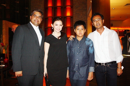 Suwanthep Malhotra, deputy managing director of the Pattaya Mail Media Group (left) chats with the Hunthongkam family.