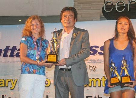 Natalia Lunev (left), winner of the female division in 1.2 km short swim, receives her trophy from Deputy Mayor Ronakit Ekasingh.