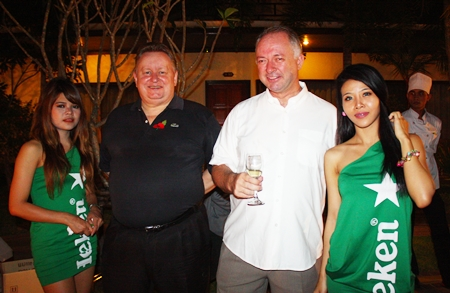 Dave Buckley (2nd left) and Bjorn Hellesylt (2nd right), MD of Hosting-Group Co., Ltd.