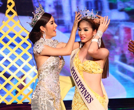 Miss International Queen 2011 Sripassorn Attayakorn (left), crowns Miss International Queen 2012 Kevin Balot.