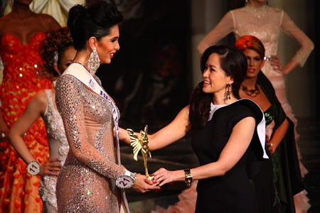 Alisa Phanthusak (right), assistant MD of the Tiffany Show Pattaya, congratulates Sunny Dee-Lite (left) from the USA for winning the Best Evening Gown title.