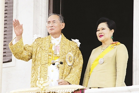 His Majesty the King and HM Queen Sirikit wave to the crowd during ceremonies Friday, June 9, 2006, in Bangkok. (AP PHOTO)